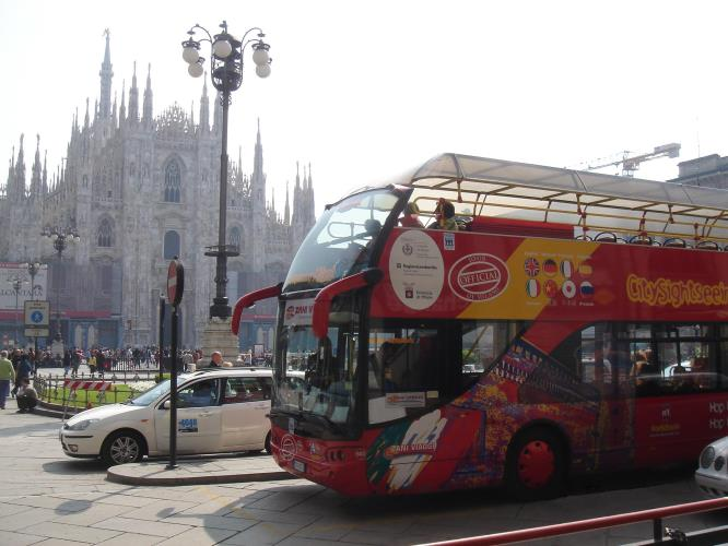 Bus panoramico in Piazza Duomo